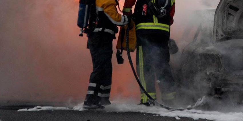 Twee auto's GroenLinks in vlammen op