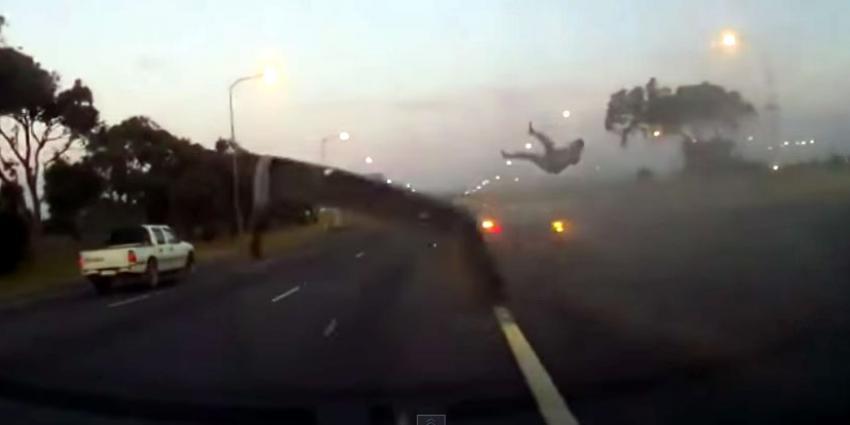 Bestuurder vliegt door de lucht door niet dragen autogordel