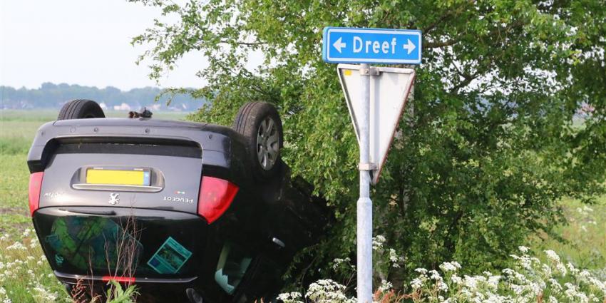 Auto over de kop na botsing door vermoedelijke voorrangsfout