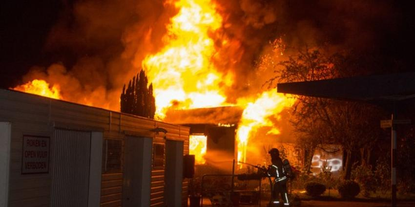 Grote brand legt bedrijvenpand in de as