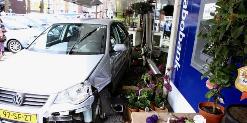 Auto ramt gevel van bloemist in Boxtel