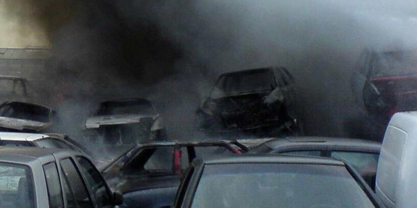 Mensen moeten huis verlaten vanwege brand op autosloperij Groningen