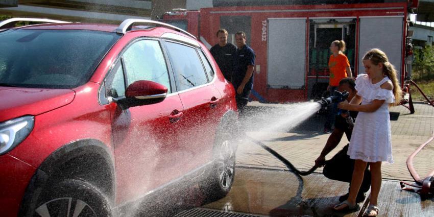 Opbrengst auto's wassen bij brandweer gaat naar KiKa