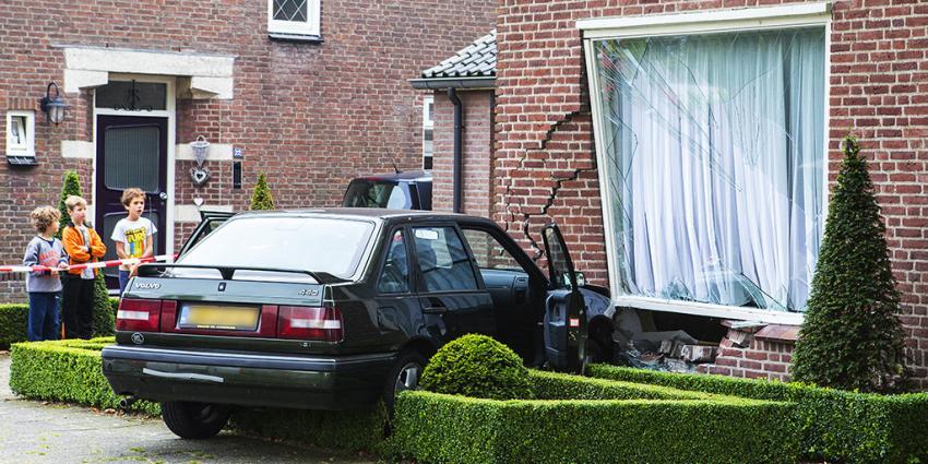 Woning zwaarbeschadigd door naar binnen gereden auto in Veghel