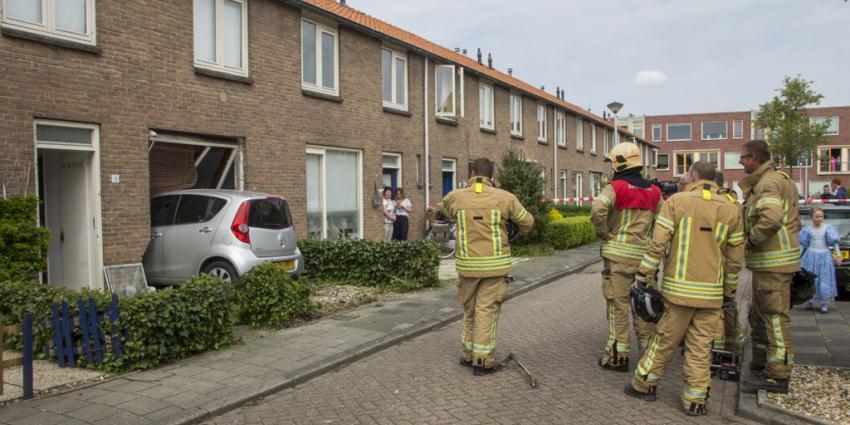 Meisje (10) rijdt auto van moeder woning overbuurman binnen