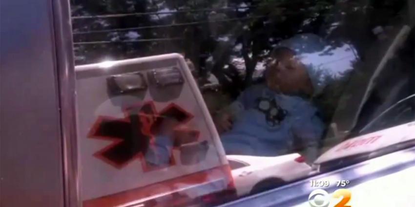 Medewerkers ambulance slaan autoruit in om pop te redden