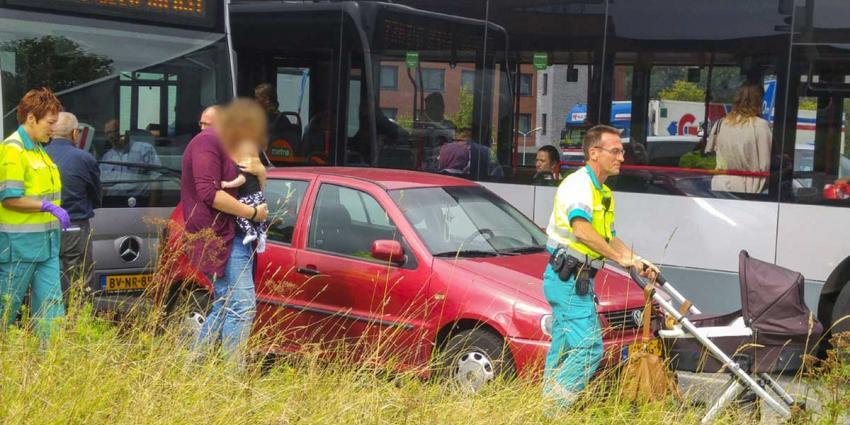 Baby en moeder naar ziekenhuis na busbotsing