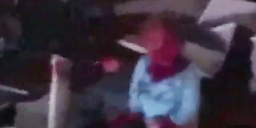 Man op zoek naar zoon filmt huilend meisje tussen puin op luchthaven