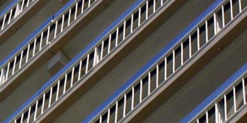Politie onderzoekt val vrouw (23) van 12 meter van flatgebouw