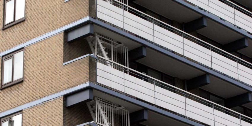 Vrouw (41) gewond na val van flatbalkon op  twee hoog, bewoner aangehouden