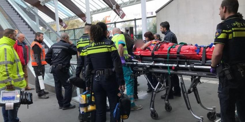 Tiener valt van balustrade op perron metrostation