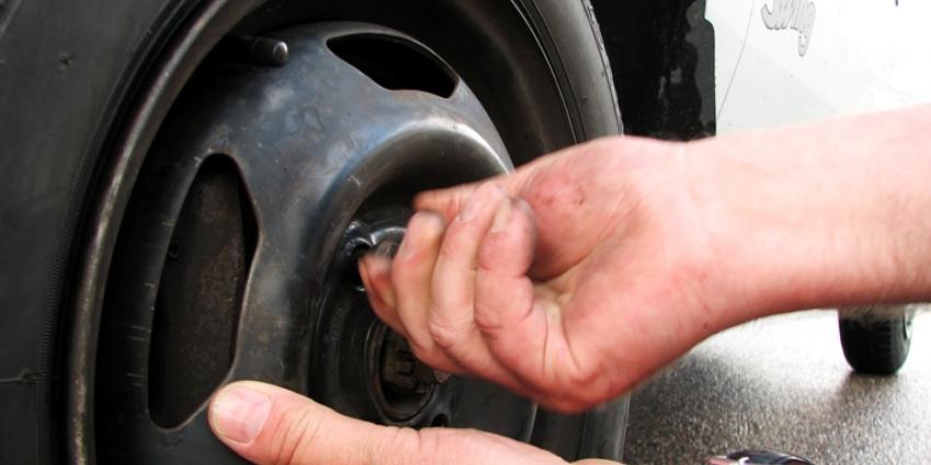 Politie houdt man aan na lek prikken banden 16 auto's Lemelerberg