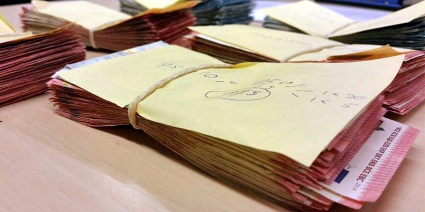 Ruim 40.000 euro cash uit auto's 'geplukt' in Rotterdam