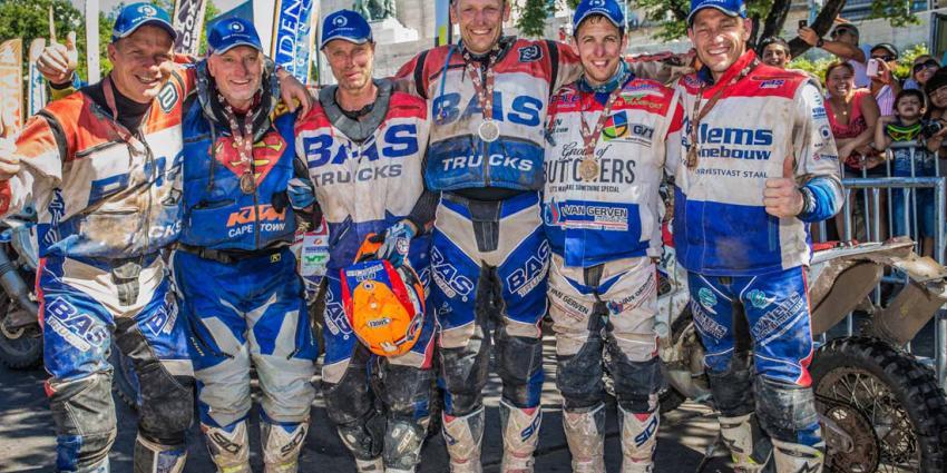 BAS Dakar met z'n zessen over de finish