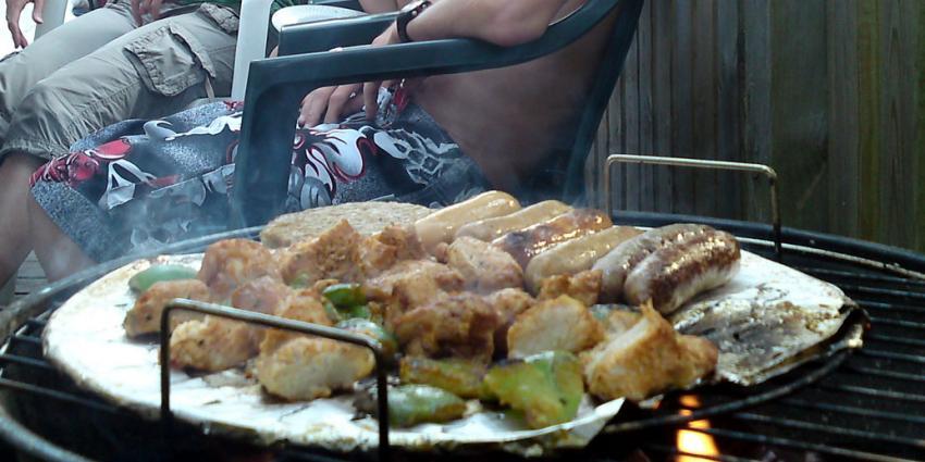 Zeven suikerklontjes in saus op barbecueworst