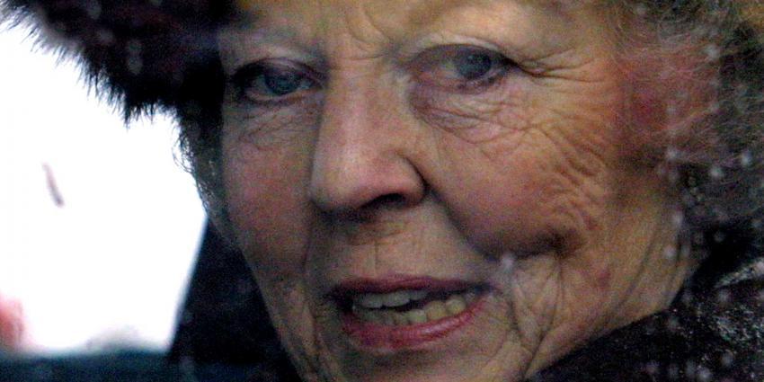 Auto beveiliging Beatrix te paard vastgelopen op strand Wassenaar