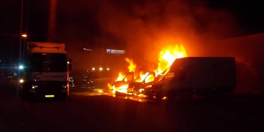 Vier bedrijfsauto's in vlammen op in Groningen