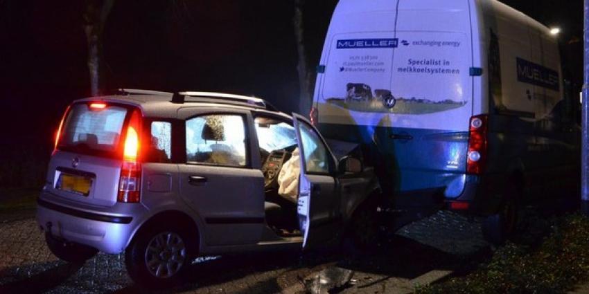 Personenauto botst op geparkeerde bedrijfsbus in Gasselternijveen
