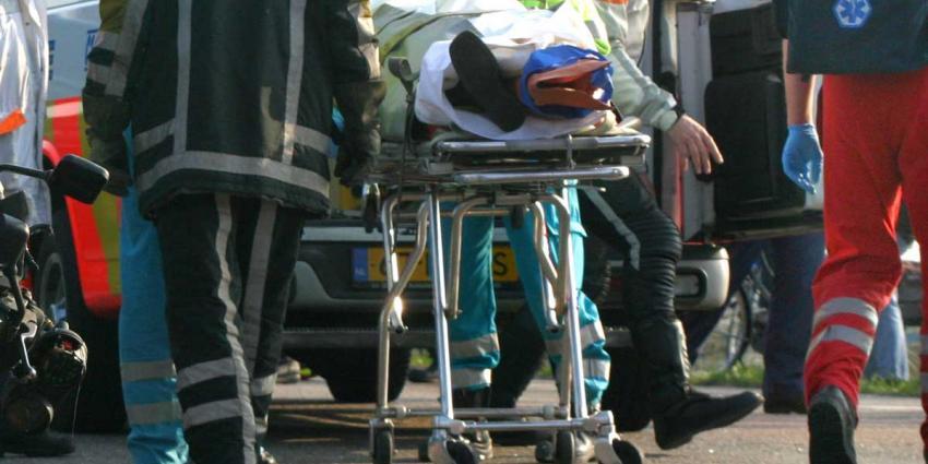 Man zwaargewond en bekneld bij frontale aanrijding auto en vrachtwagen