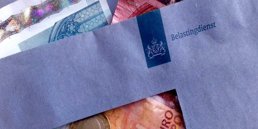 blauwe envelop met geld