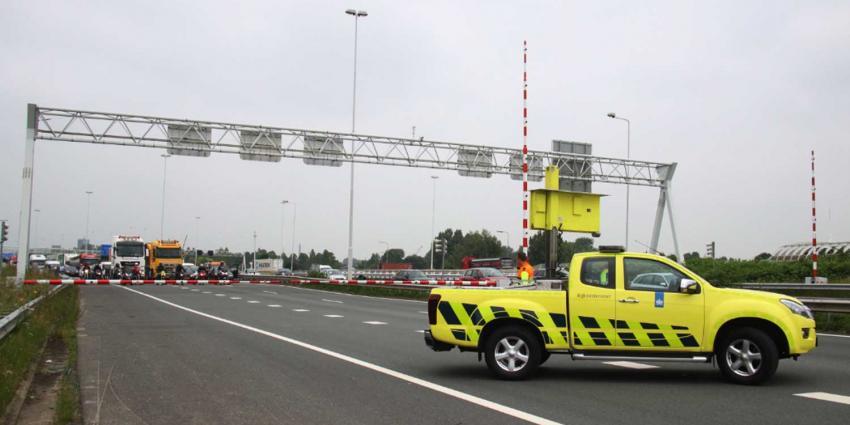 Vrachtwagens in Beneluxtunnel beschadigt door loshangende kabel, files tot gevolg
