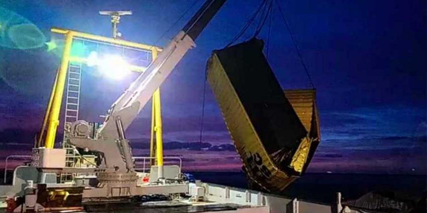 Grootschalige berging overboord geslagen zeecontainers van start