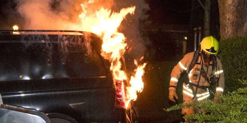 Busje uitgebrand achter supermarkt Schiedam