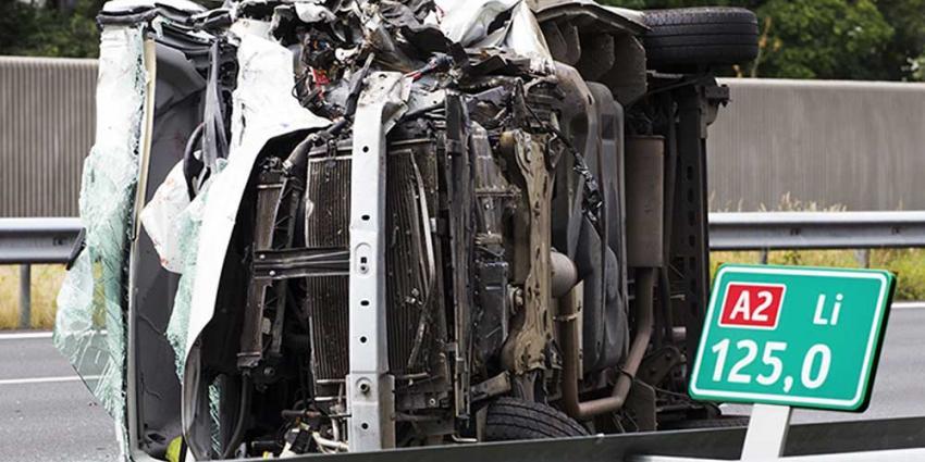 Foto van de bstelbus na het ongeval op de A2 | Sander van Gils | www.persburosandervangils.nl