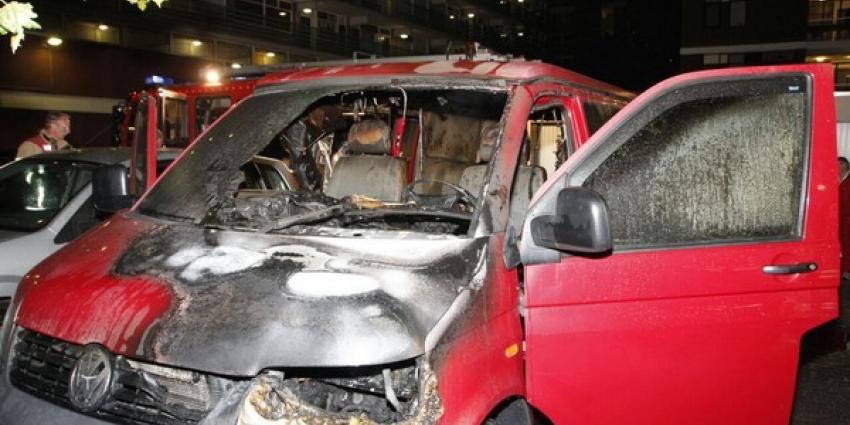 Bestelbusje op parkeerplek in brand, 13e autobrand sinds april
