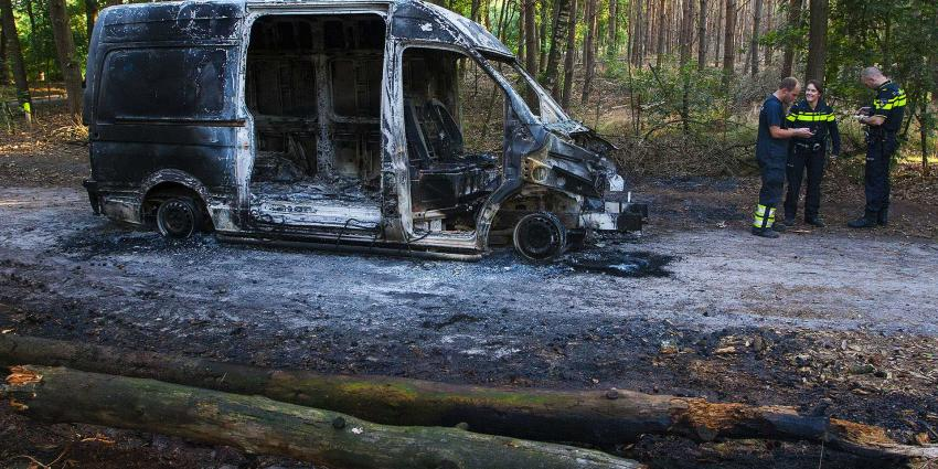 Uitgebrande bestelbus zonder motor en deuren aangetroffen