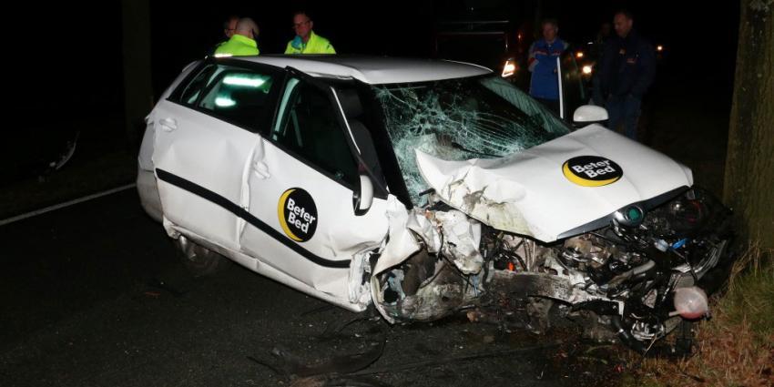 Automobilist gewond na aanrijding met twee bomen