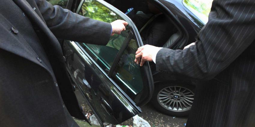 beveiligers-auto-uitstappen