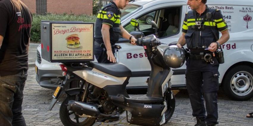 Bezorger burgerrestaurant en bezorger chinees restaurant rijden elkaar letterlijk in de wielen