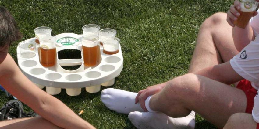 Foto van bier op voetbalveld | Archief EHF