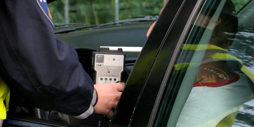 bestuurder doet blaastest