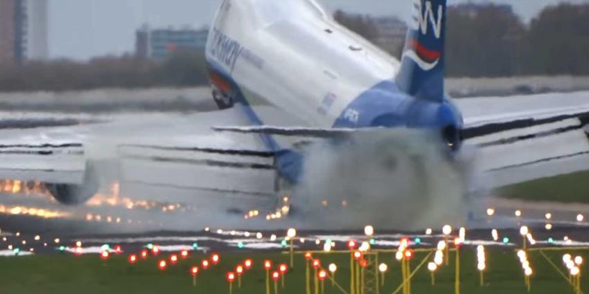 Boeing 747 doet 'harde boink' op landingsbaan Schiphol