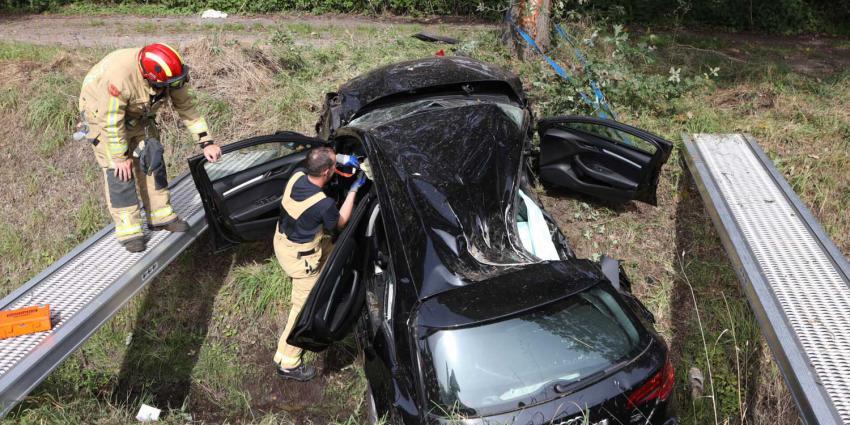 boom-botsing-snelweg-vangrail-greppel