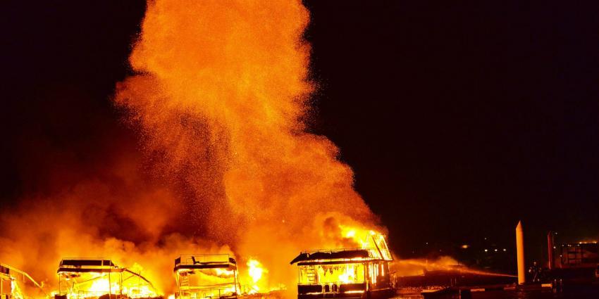 Zeer grote brand in jachthaven in het Limburse Wessem