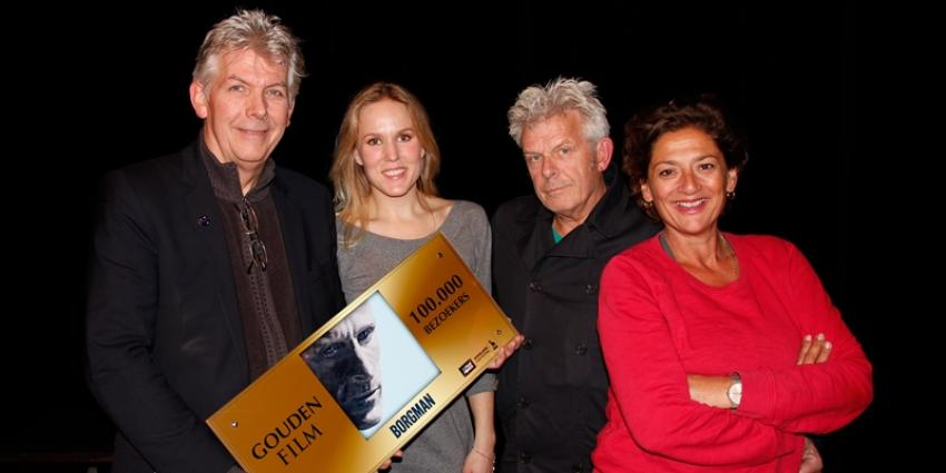 Vlnr: Marc van Warmerdam, Hadewych Minis, Alex van Warmerdam en Annet Malherbe met de Gouden Film