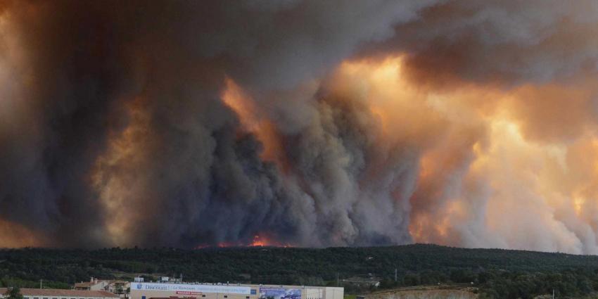 Toeristen op de vlucht voor hevige bosbranden in Frankrijk
