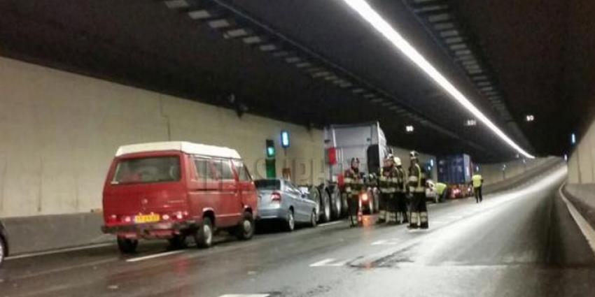 Drie auto's en twee vrachtwagens gebotst in Botlektunnel