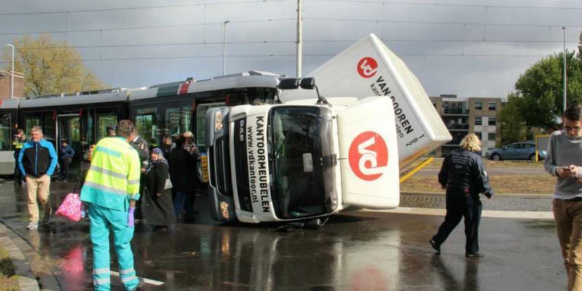 Tram ontspoort en vrachtwagen op zijn kant na aanrijding