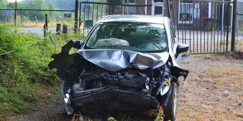 Automobilist ramt hekwerk na botsing met auto op kruispunt in Boxtel