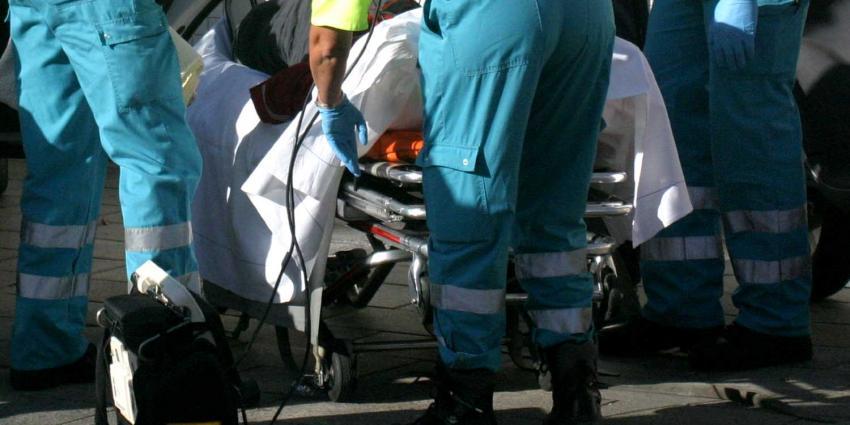 Man belemmert ambulancemedewerkers tijdens reanimatie