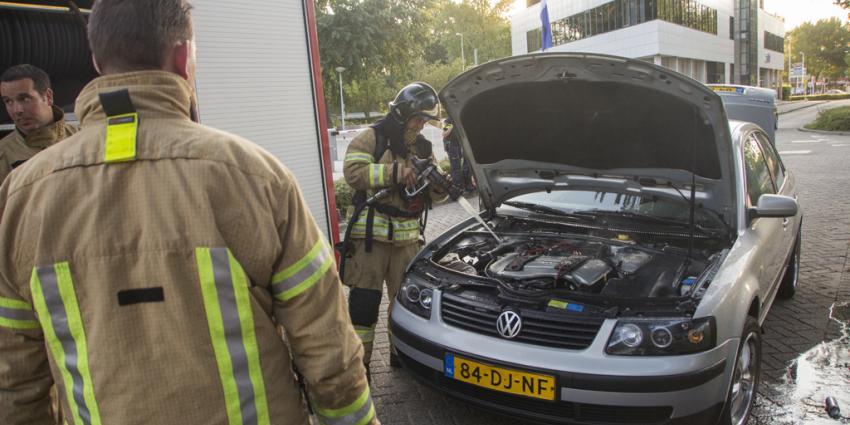 Kleine brand onder motorkap auto