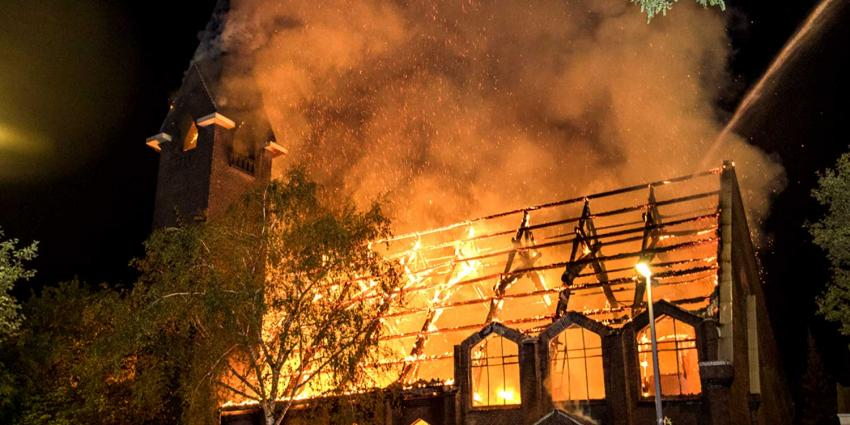 Complete kerk verwoest door zeer grote brand Rotterdam