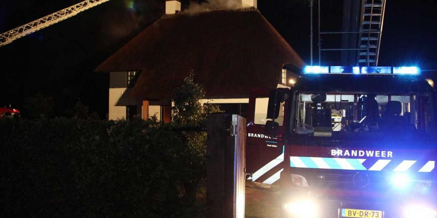 Foto van brand in rietgedekte woning   Willy Smits   www.112journaal.nl