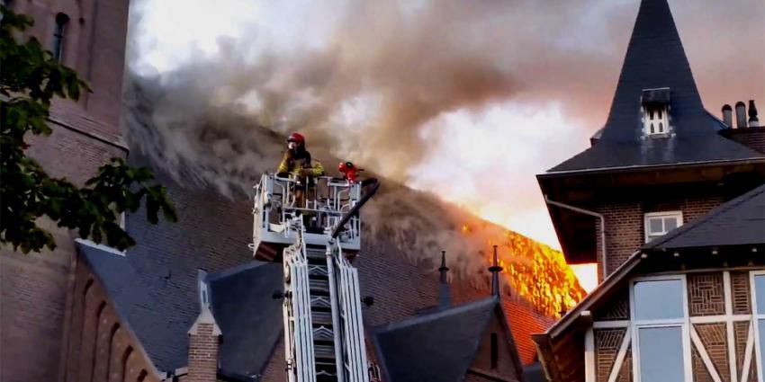 Brandweer rukt uit voor grote brand in Urbanuskerk Amstelveen