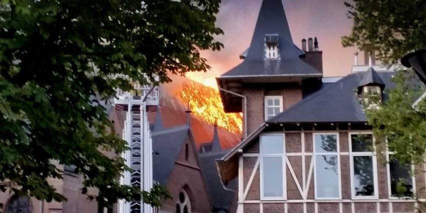 Brandweer rukt uit voor grote brand in kerk Amstelveen