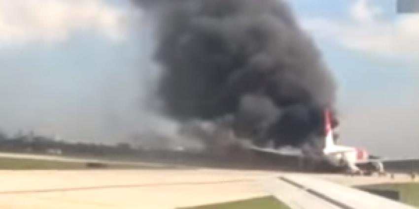 Vliegtuig vat vlam tijdens vertrek